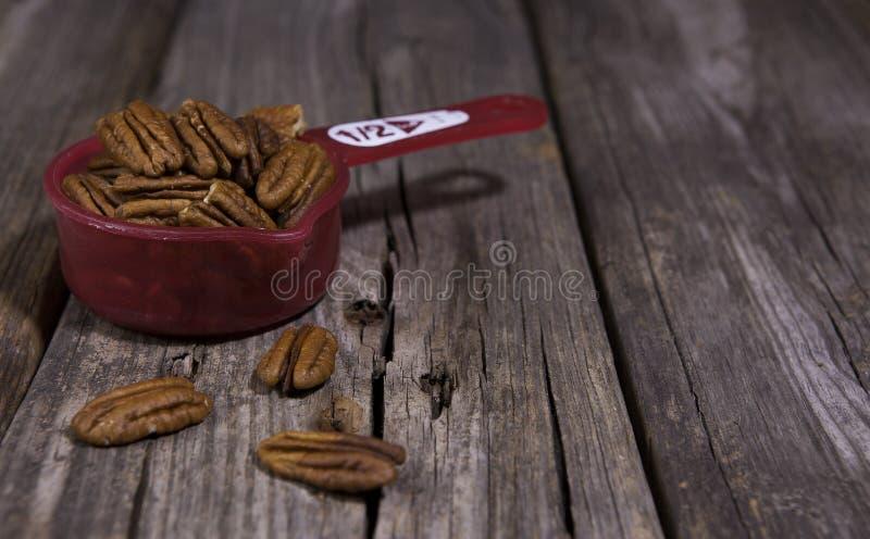 Eine halbe Schale rohe natürliche Mandeln lizenzfreie stockfotos