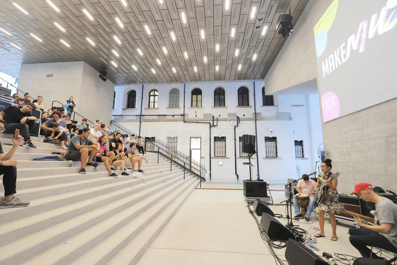 eine Halle mit Szenenlichtern schaukeln Showleistung lizenzfreies stockbild