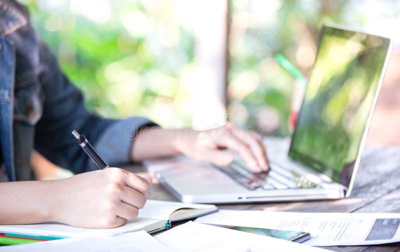 Eine Hand der Geschäftsfrau arbeitend im Schreibtischbüro Hintergrundideen für Vertriebsleitungskonzept Computerlaptopentwurf mit lizenzfreie stockbilder