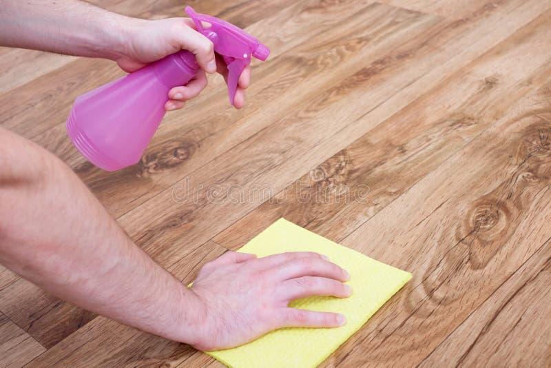 Eine Hand des Mannes den Parkettboden lehnend stockbild