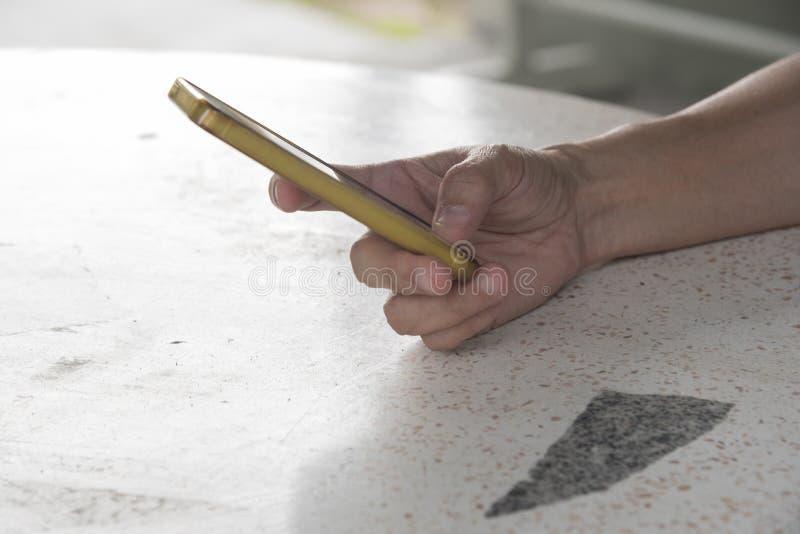 Eine Hand, die ein Mobiltelefon anhält lizenzfreies stockbild