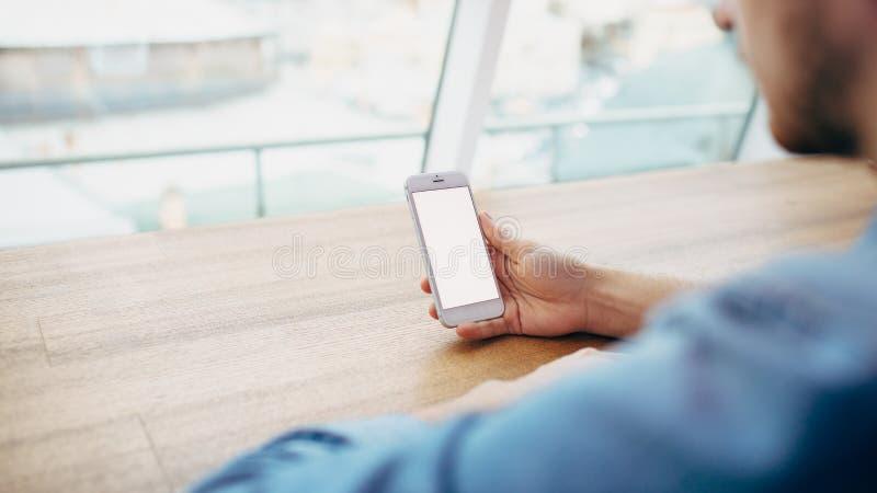 Eine Hand, die Telefon hält stockfoto