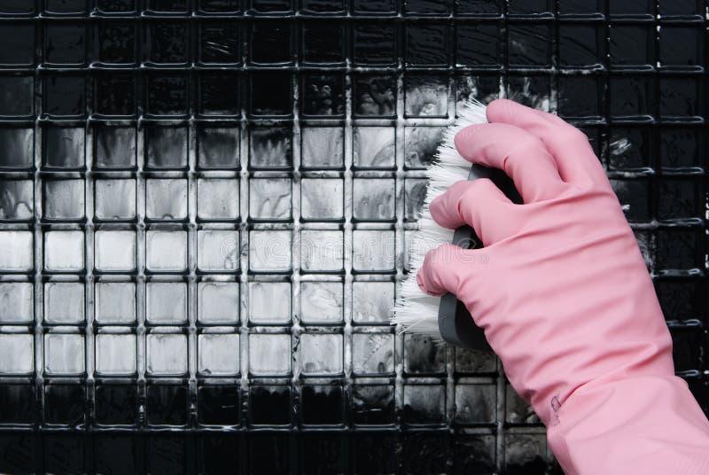 Eine Hand in einem rosa Handschuh stockfotos