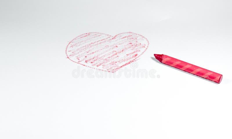 Eine Hand gezeichnet durch den roten Zeichenstift, Herzform lokalisiert auf weißem backgrou stockfotografie