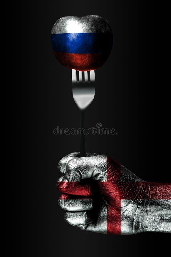 Eine Hand mit einer gezogenen England-Flagge hält eine Gabel, auf der ein Ball mit einer gezogenen Russland-Flagge ist, ein Zeich lizenzfreie stockbilder