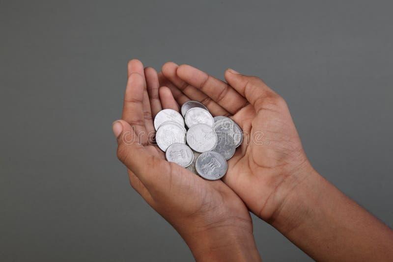 Eine Hand voll von Münzen der indischen Rupie lizenzfreies stockbild