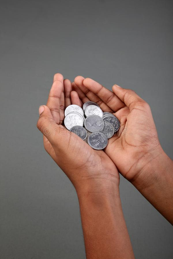 Eine Hand voll von Münzen der indischen Rupie stockfoto