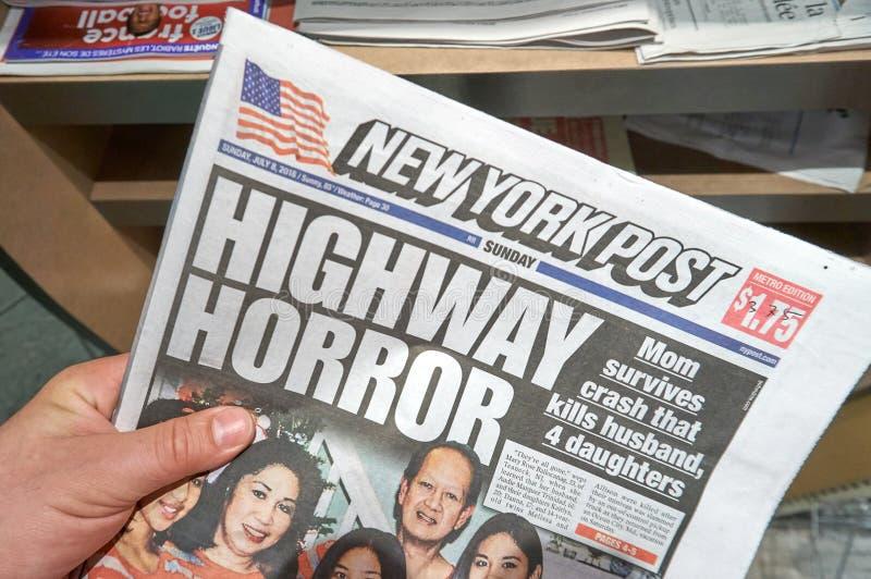 Eine Hand, welche die New York Post-Zeitung hält stockfotografie