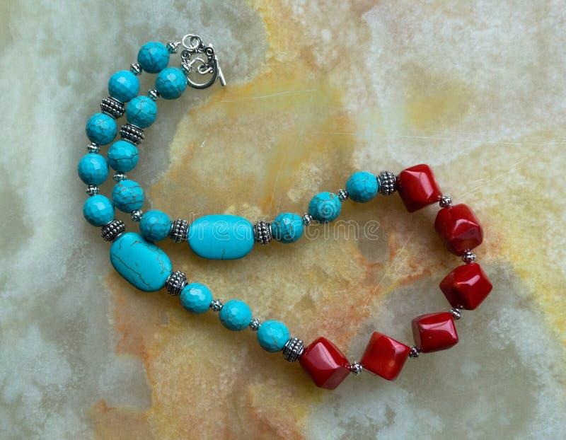 Eine handgemachte Halskette des Edelsteins gemacht mit Türkis und Koralle stockfotos