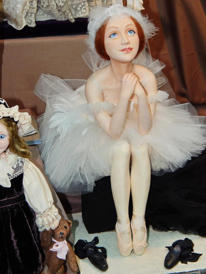 Eine handgemachte sammelbare Puppe von der internationalen Moskau-Ausstellungs-Kunst von Puppen stockbilder
