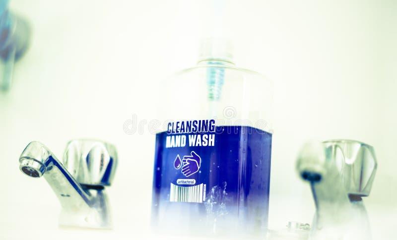 Eine Handseife mit pumpender Lotion von der Flasche stockfoto