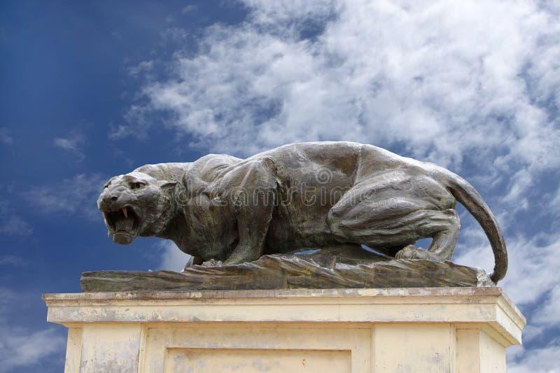Eine heftige Bronzetigerskulptur am Mysore-Palast stockbilder