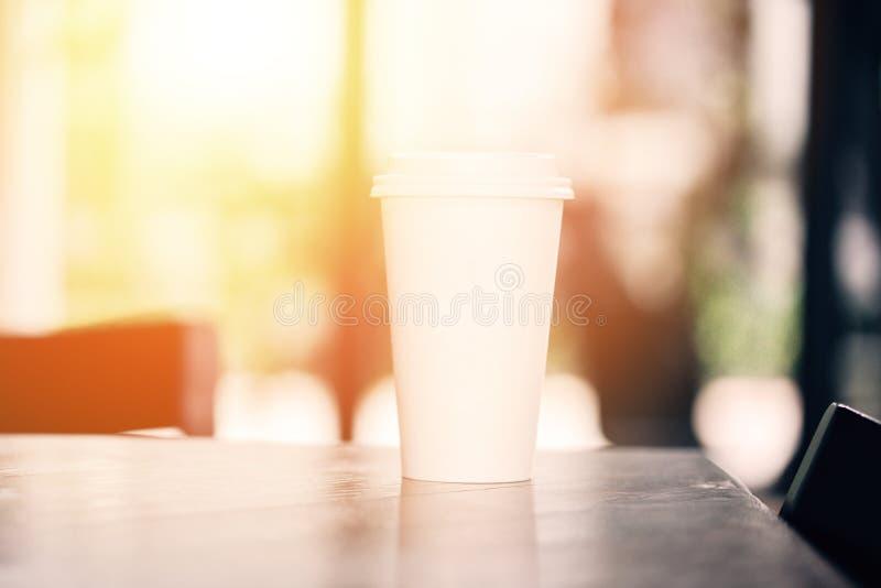 Eine heiße Papierschale Espressokaffee auf Tabelle im Caférestaurant - mit dem Kopienraum, zum des Textes einzufügen lizenzfreies stockbild