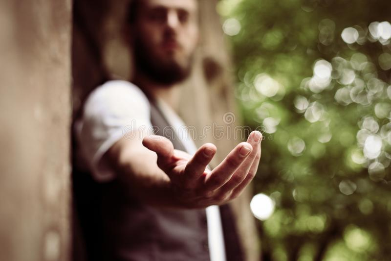 Eine helfende Hand stockbild