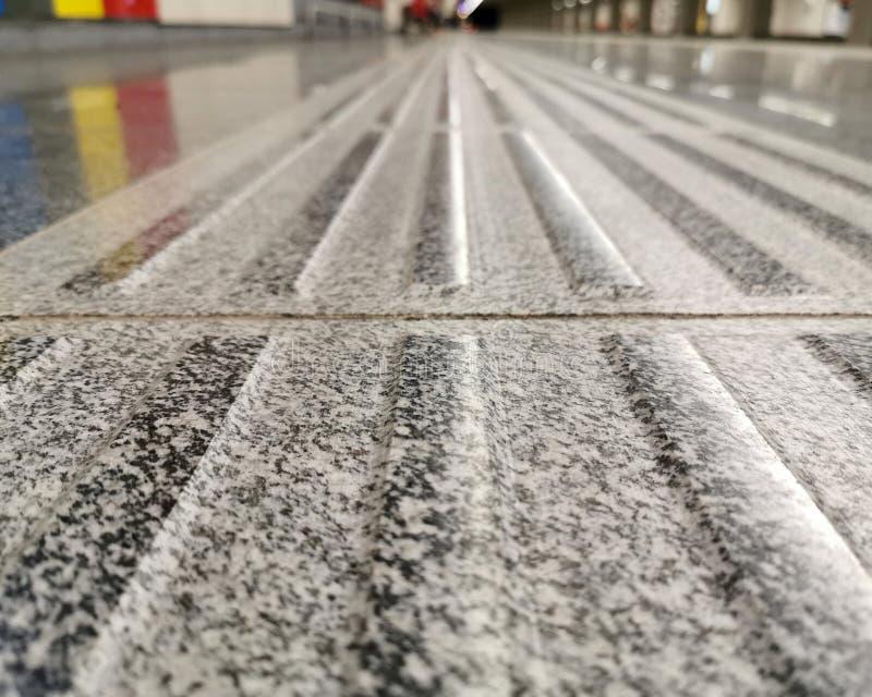 Eine helfende Linie für die sehbehinderten Leute an der U-Bahnstation lizenzfreie stockfotografie