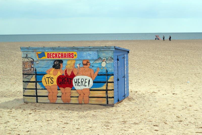 Eine hell gemalte Klappstuhlhütte auf einem Strand. lizenzfreie stockfotografie