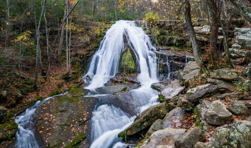 Eine Herbstansicht des Brüllens des Laufwasserfalls gelegen in Eagle Rock in Botetourt County, Virginia - 3 stockbild