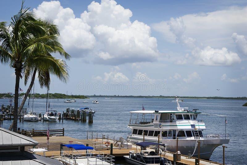 Eine herrliche Ansicht der Golf-Bucht mit Booten und weißen geschwollenen Wolken in Ft Myers Beach, Florida lizenzfreie stockbilder