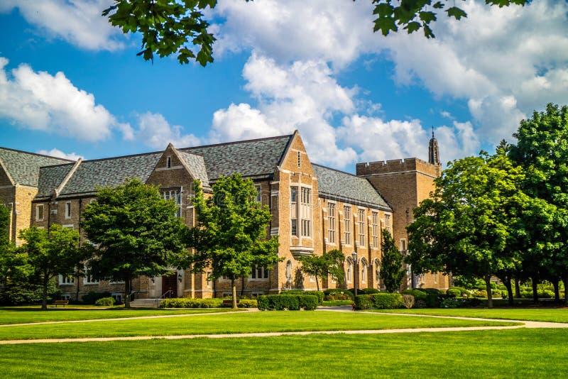 Eine herrliche Ansicht des Campus beim Nehmen eines Spaziergangsinneres von Notre Dame lizenzfreies stockfoto