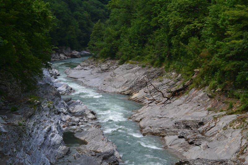 Eine herrliche Aussicht des beeindruckenden starken Flusses, aber gleichzeitig solch eine attraktive Schönheit der Natur lizenzfreie stockfotos