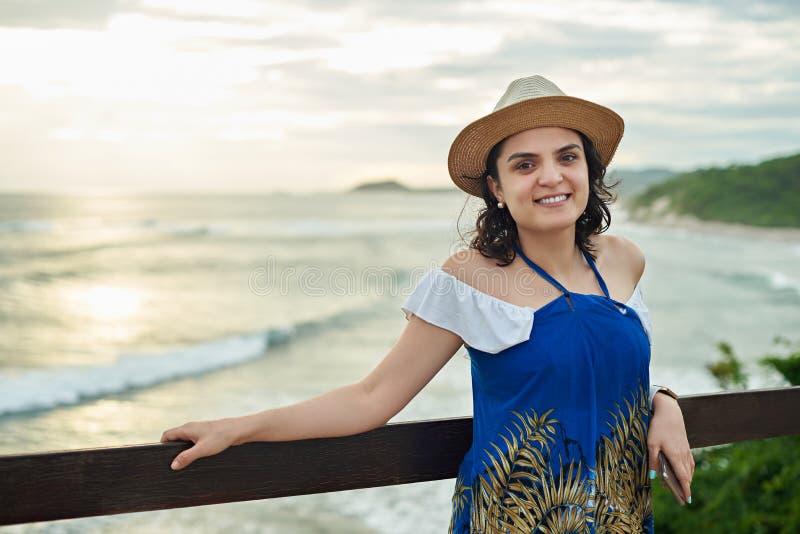 Eine hispanische Frau auf Sonnenunterganghintergrund lizenzfreie stockfotografie