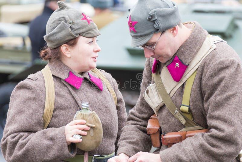 Eine historische Rekonstruktion des zweiten Weltkriegs Mitglieder des Militär-patriotischen Vereins in der Uniform lizenzfreie stockfotografie