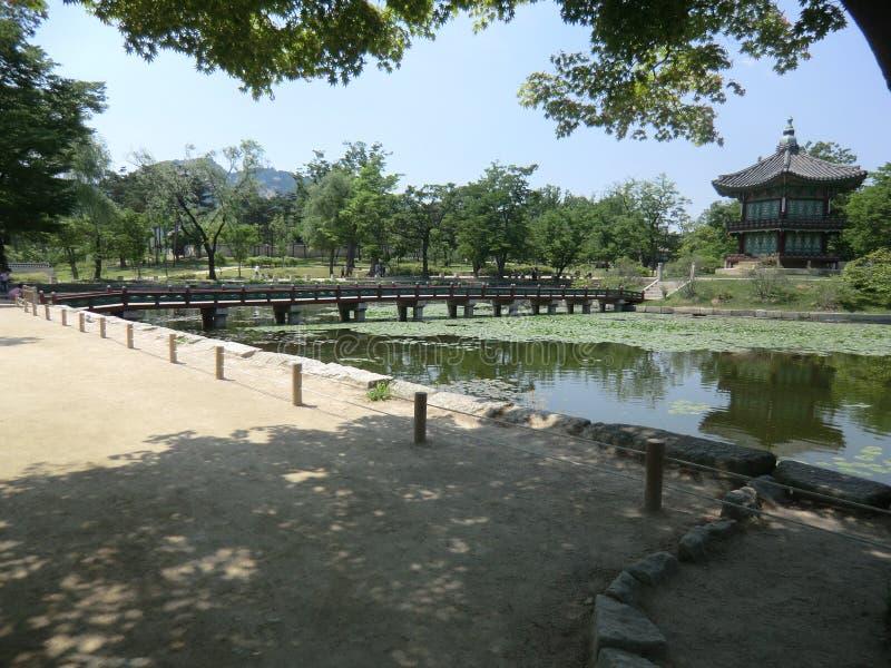 Eine Holzbrücke, die einen See in Seoul, Südkorea kreuzt lizenzfreie stockfotografie
