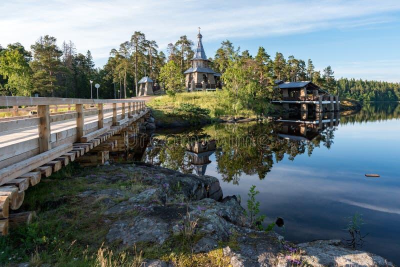 Eine Holzbrücke schließt Nikolsky-Sketch mit dem Rest der Insel an lizenzfreies stockbild