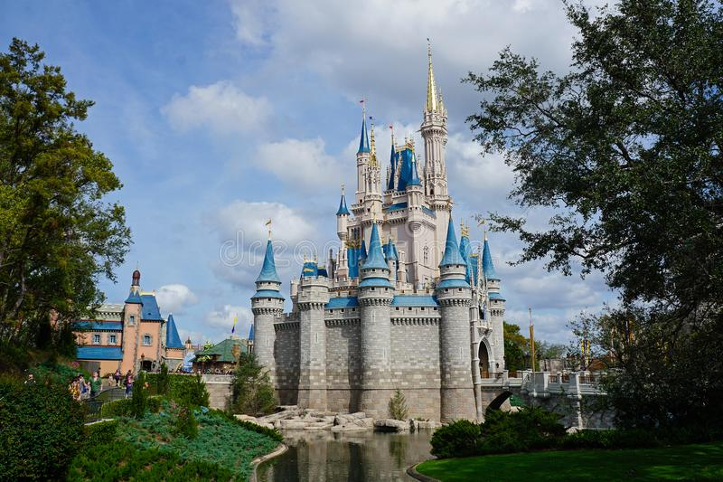Eine horizontale Seitenansicht von Cinderellas-Schloss gestaltet durch Bäume stockfoto