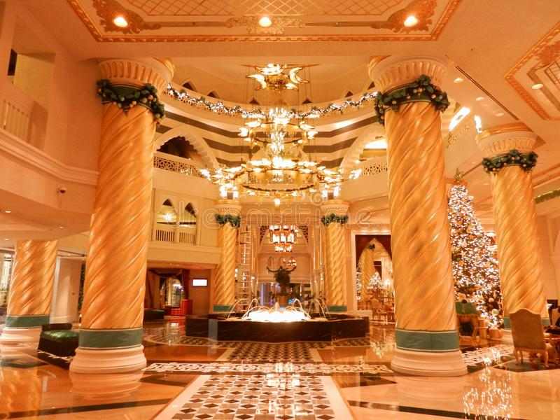Eine Hotellobby in Dubai am Weihnachten stockbild