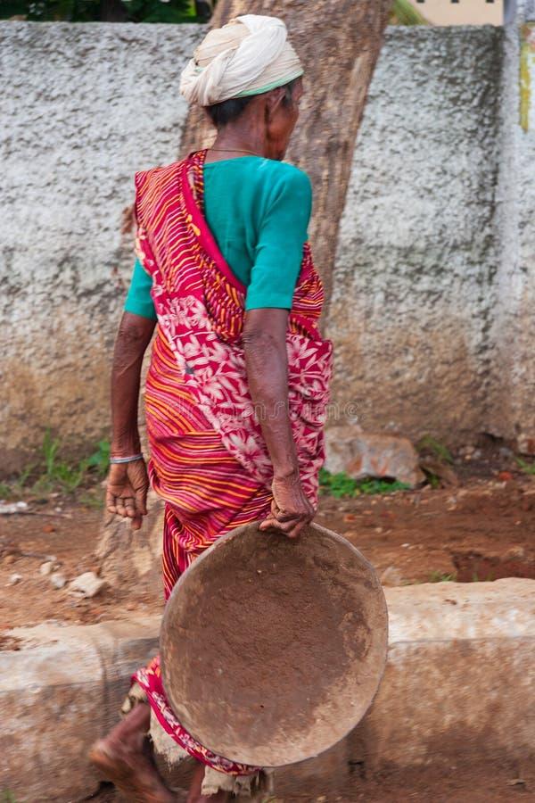 Eine indische Bauarbeiterfrau, die bei einem errichtenden Const arbeitet lizenzfreie stockbilder