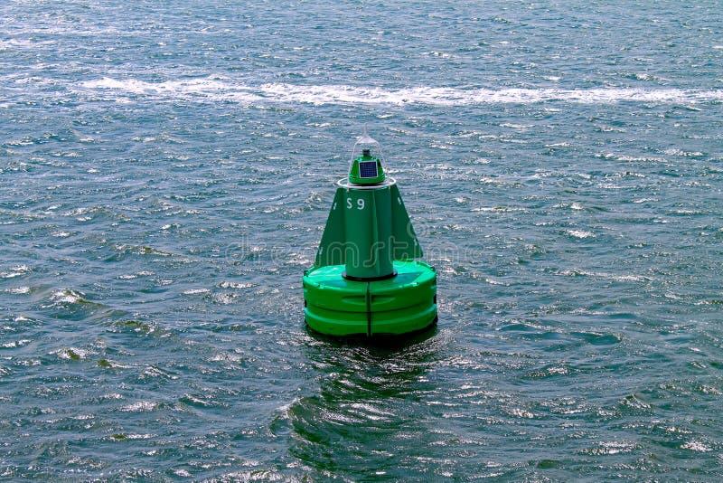 Eine intelligente Boje, die in das Meer schwimmt lizenzfreies stockbild