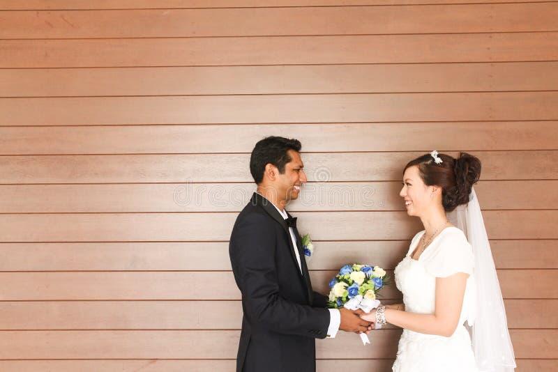Zwischen verschiedenen Rassen Hochzeit - Reihe 2 stockfotos