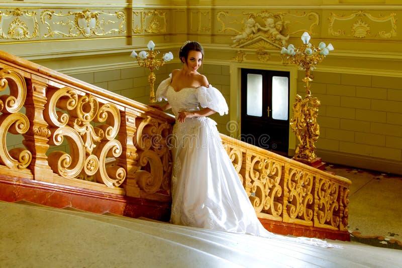 Eine junge Dame in einem luxuriösen weißen Kleid lizenzfreie stockfotos