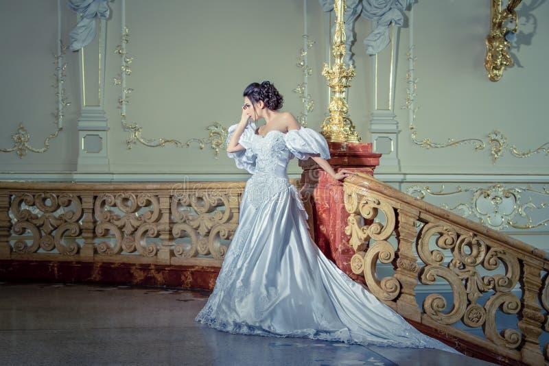 Eine junge Dame in einem luxuriösen weißen Kleid stockfotos
