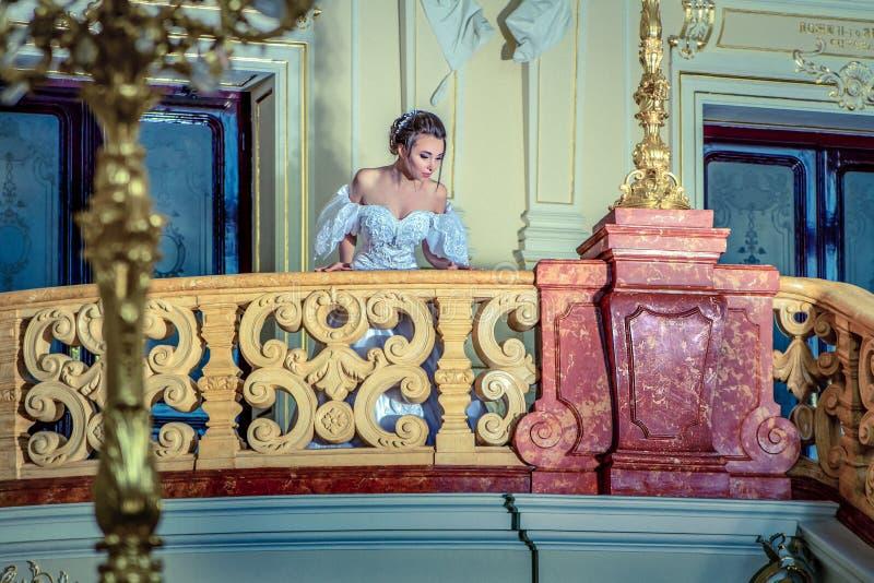 Eine junge Dame in einem luxuriösen weißen Kleid lizenzfreie stockbilder