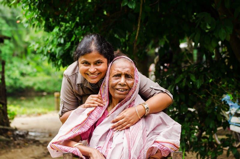 Eine junge Dame mit einer alten Dame lizenzfreies stockbild