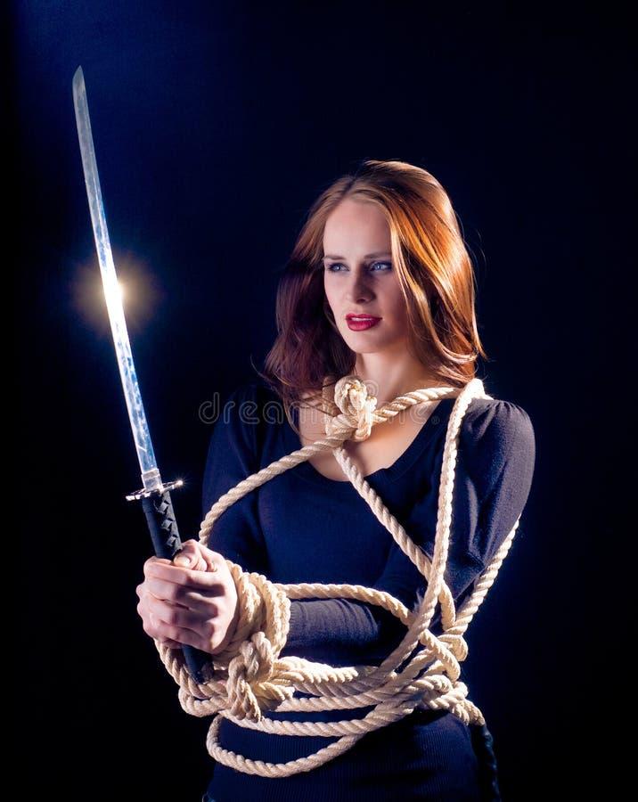 Eine junge Dame mit einer Klinge lizenzfreies stockfoto