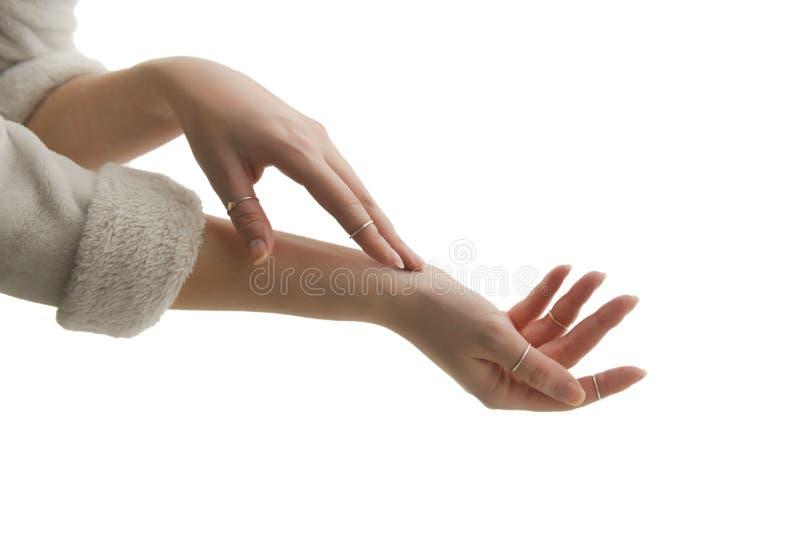 Eine junge Frau berührt leicht ihre Haut lizenzfreies stockbild