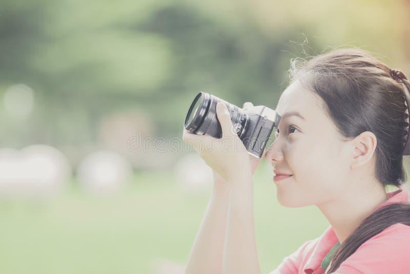 Eine junge Frau, die draußen Fotos macht lizenzfreie stockfotografie
