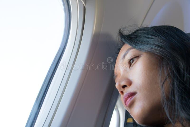 Eine junge Frau, die mit dem Flugzeug fliegt stockfotos