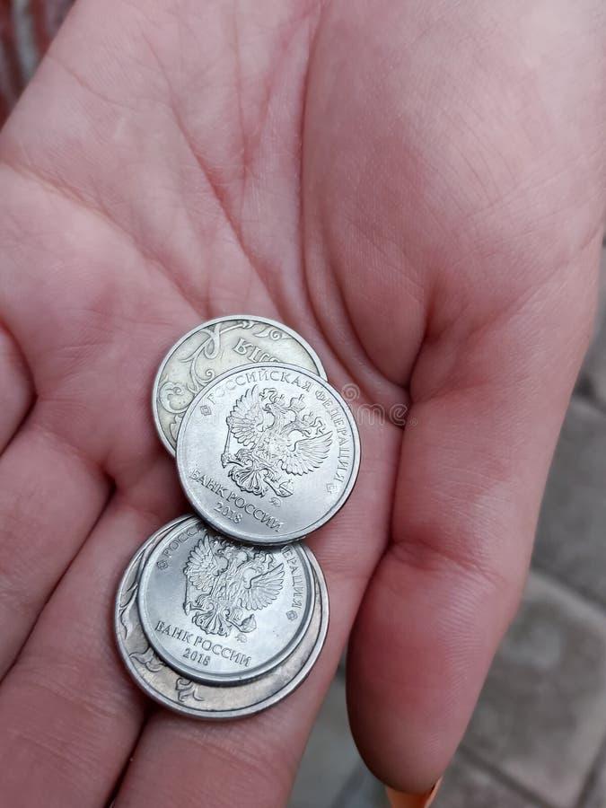 Eine junge Frau hält sich mit kleinem russischem Geld in die Hand stockfoto