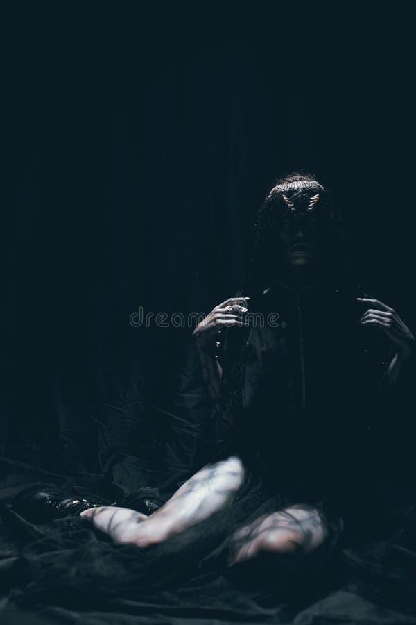 Eine junge Frau im Bild eines humanoid und außerirdischen Als lizenzfreies stockbild