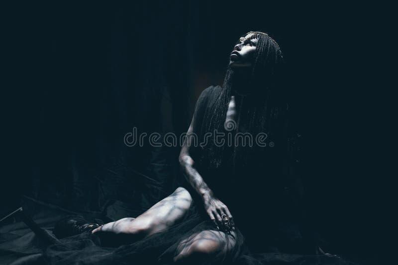 Eine junge Frau im Bild eines humanoid und außerirdischen Als lizenzfreie stockfotografie