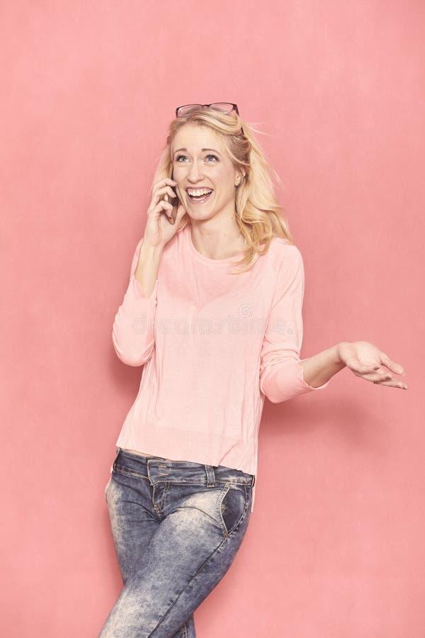 Eine junge Frau, 20-29 Jahre alt, lang blondes Haar lizenzfreies stockbild