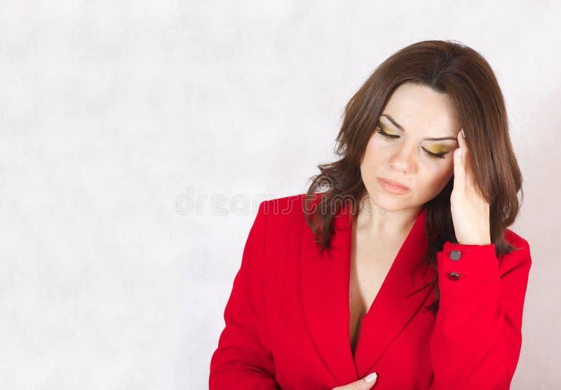Eine junge Frau leidet unter Kopfschmerzen stockfotografie