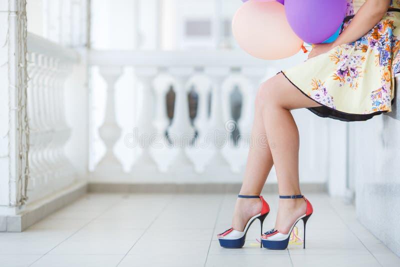 Eine junge Frau mit großem buntem Latex steigt im Ballon auf stockfotografie