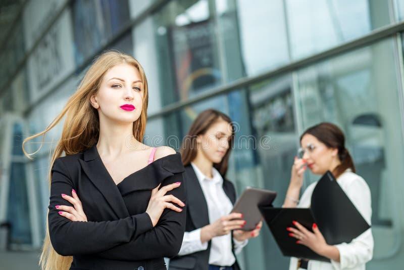 Eine junge Frau mit sehr langen Haaren Erfolgreicher Unternehmer Konzept für Unternehmen, Chef, Arbeit und Erfolg lizenzfreie stockfotografie