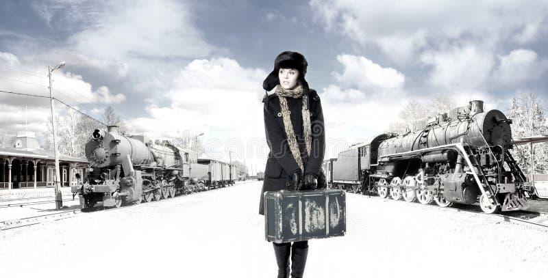 Eine junge Frau vor einem alten Gleis stockbilder