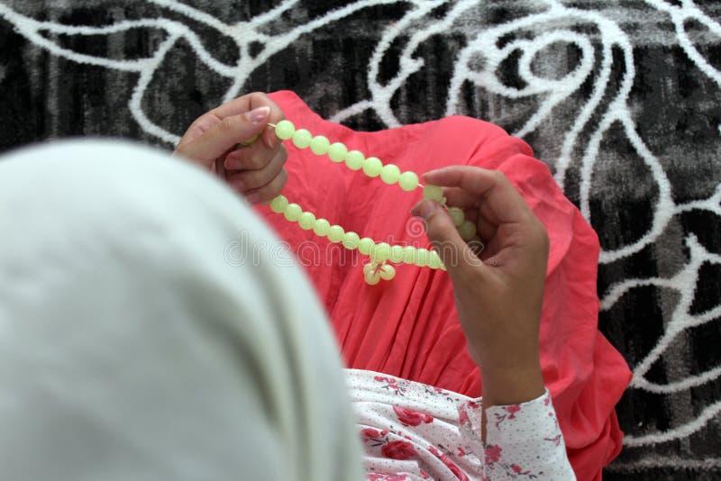 Eine junge moslemische Frau f?hrt Gebet in der Moschee durch stockfotos